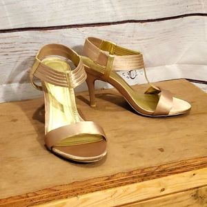 EUC Kenneth Cole Reaction Gold Heels Sz 7.5